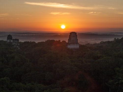 Magische zonsopkomst in Tikal